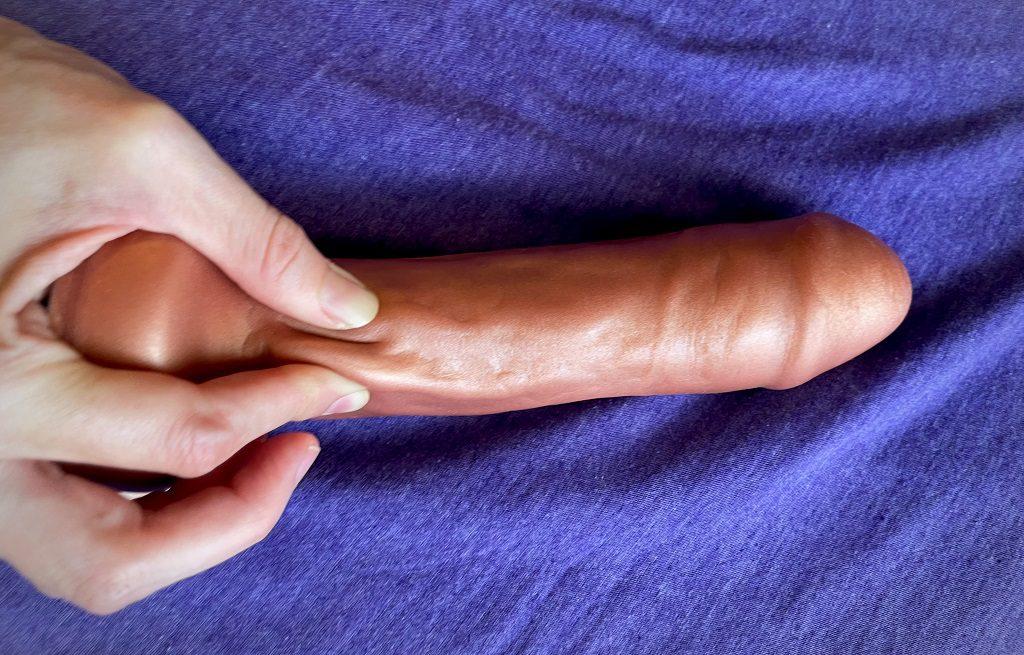 Uberrime-Bella-Triple-density-dildo-squeeze-in-fingers